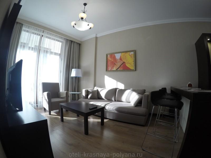 gorki-gorod-apart-otel-3-apartamenty-gostinnaya-divan