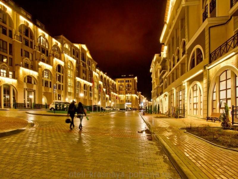 gorki-gorod-apart-otel-3-apartamenty-vid-s-ulicy-vecherom