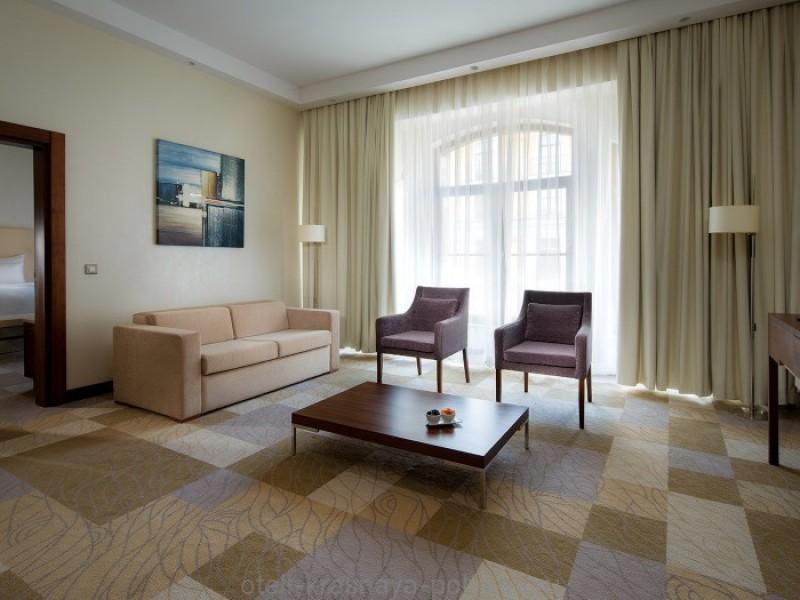 otel-gorki-grand-4-sochi-krasnaya-polyana-oficialnyj-sajt-nomer-lyuks-superior-deluxesuite-gostinnaya-livingroom