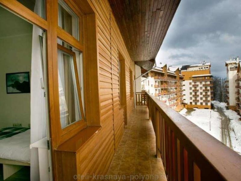 priyut-pandy-khostel-3-vykhod-na-balkon